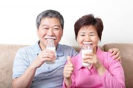 Chọn sữa đúng cách cho người cao tuổi